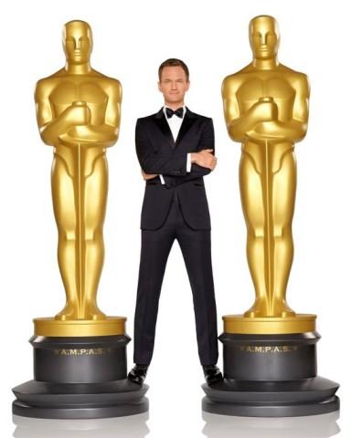 MSC Noticias - Host-and-statue-oscar-384x480 Agencias Com y Pub Cine Diversión DLB Group Com Farándula Publicidad