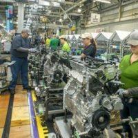 Es eléctrico: Toyota lleva la producción del primer tren motriz híbrido a los EEUU